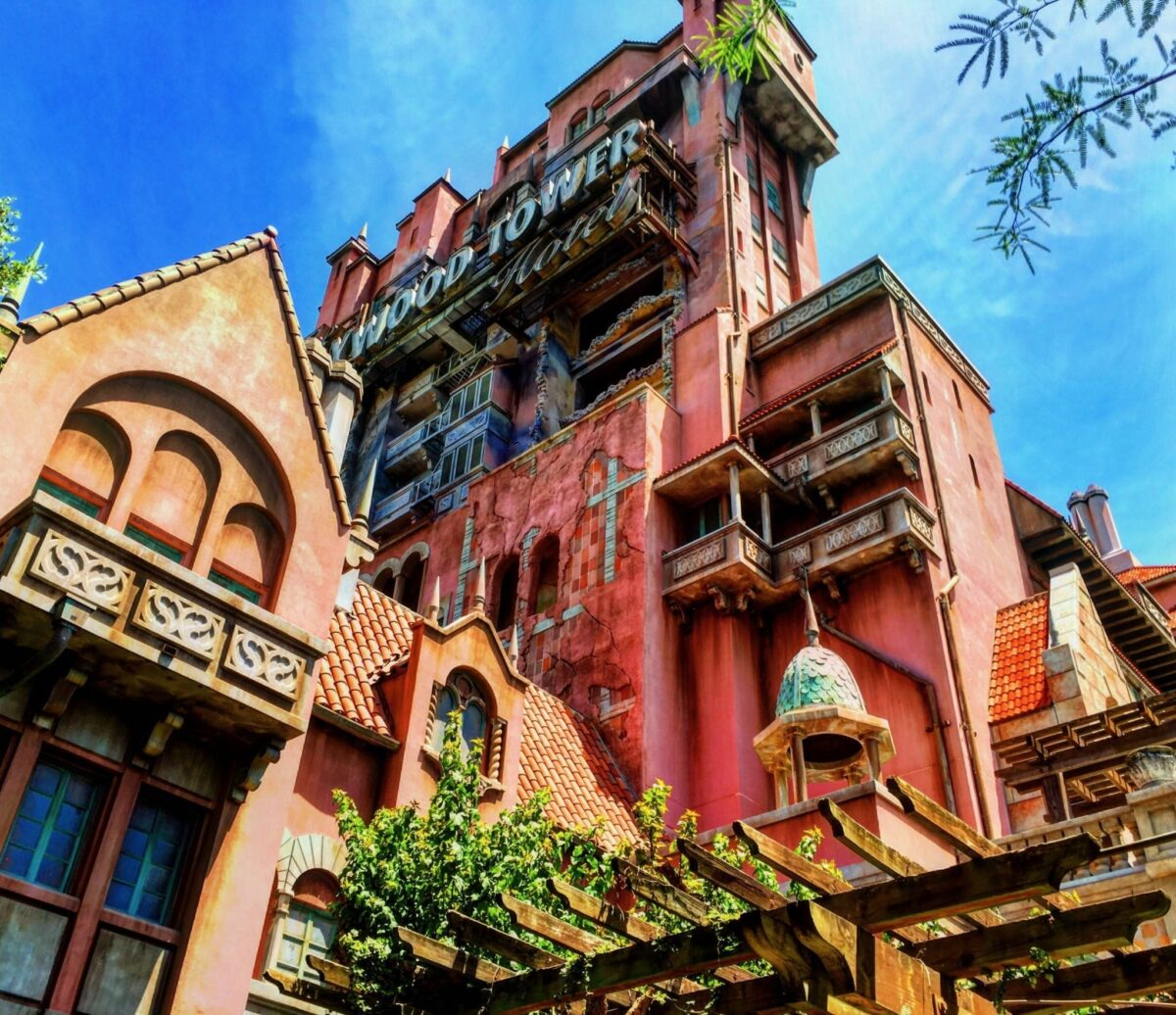 Hollywood Tower Hotel – Porcelain In The Library