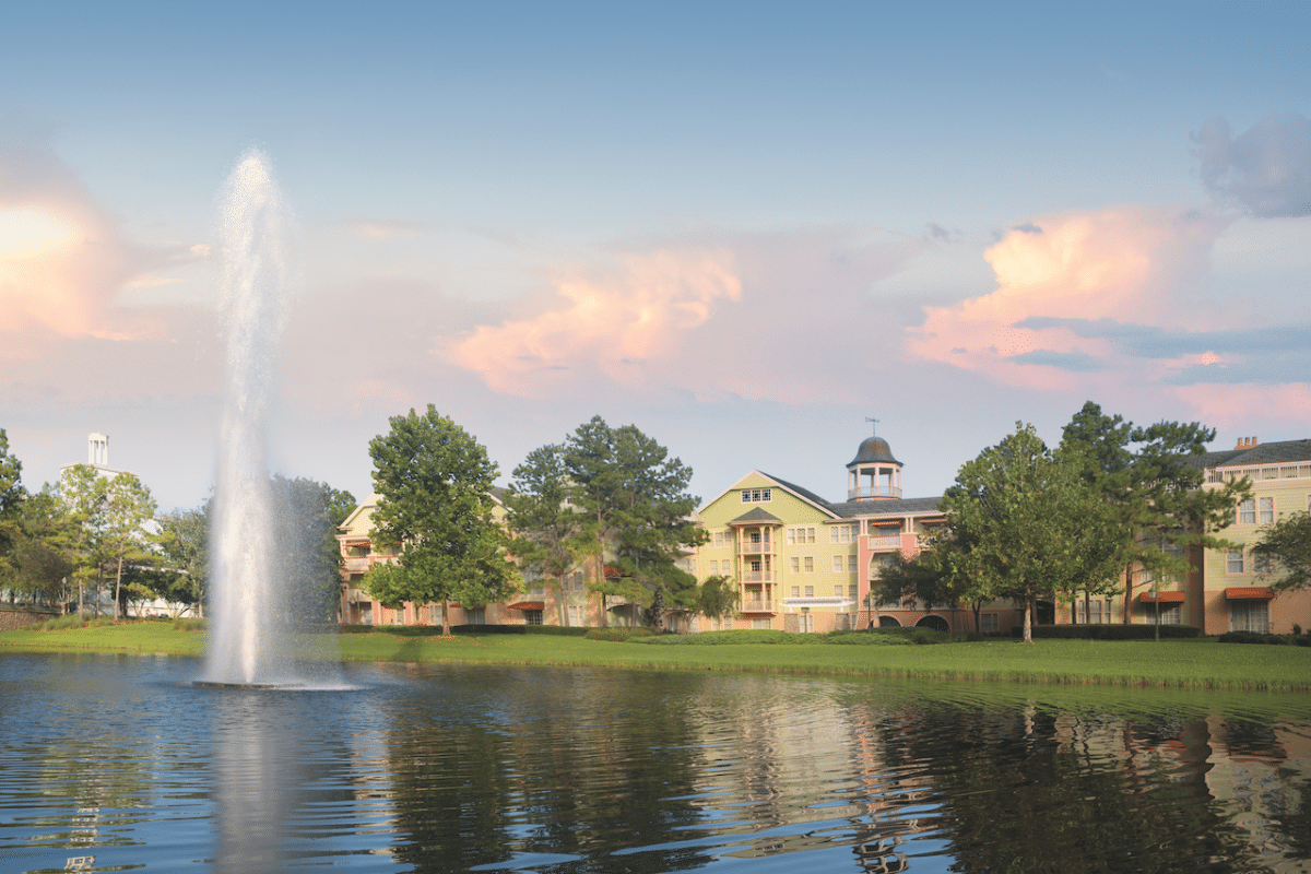 Lake with fountain and building